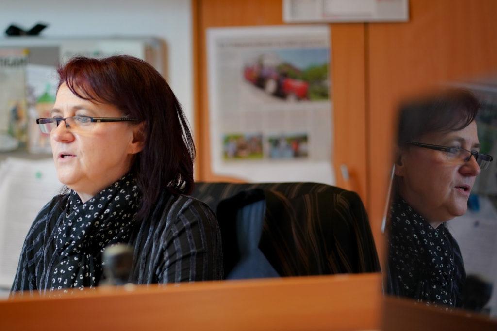 Diana Kremp am Schreibtisch beim Schreiben einer Trauerrede als tägliche Aufgabe eines Bestatters.
