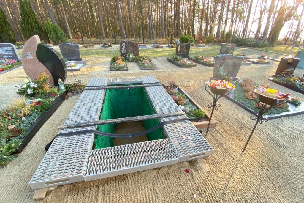 """geöffnetes Grab zeigt den Beruf des Bestatters als """"Totengräber"""""""